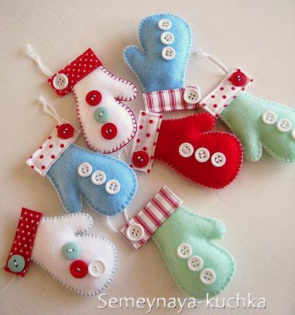 Новогодние игрушки из фетра: варежки