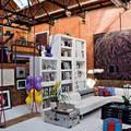 Стаканы и немецкий фарфор в декоре дома известного модельера