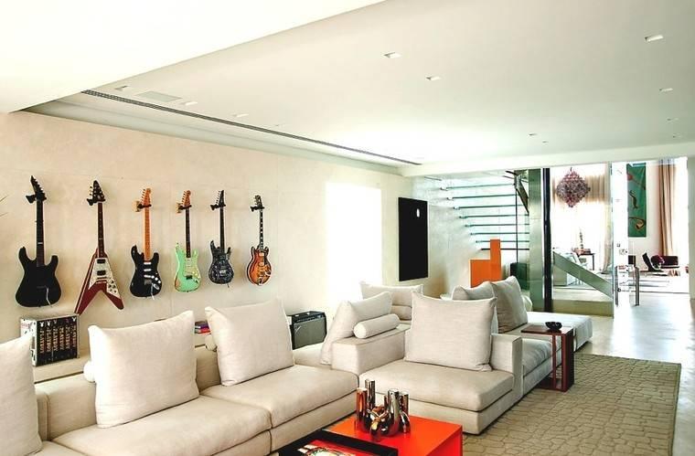 Гитарная композиция на стене дома