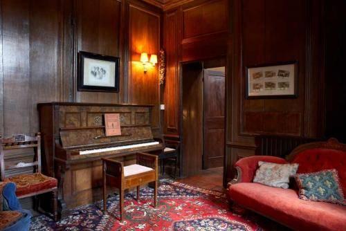 Пианино в ретро-интерьере