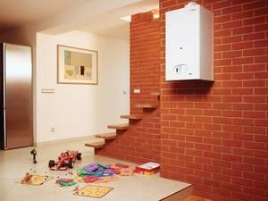 Интерьер частного дома с отопительным котлом на стене