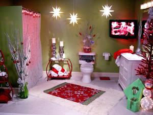 Ванная комната в новогоднем стиле: и шапочка для унитаза, и сапожки для щеток