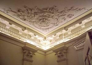 Функциональная лепнина на стенах и гипсовые панно