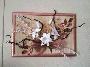 Искусственные цветы-картины в гостиной комнате