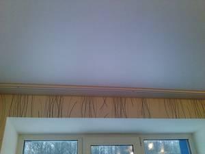 Потолочный карниз и натяжной потолок в интерьере комнаты