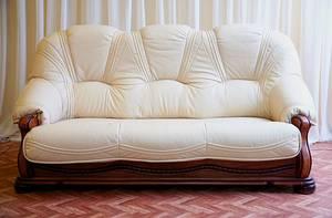 Перетяжка мягкой мебели: каким предметам интерьера она может помочь?